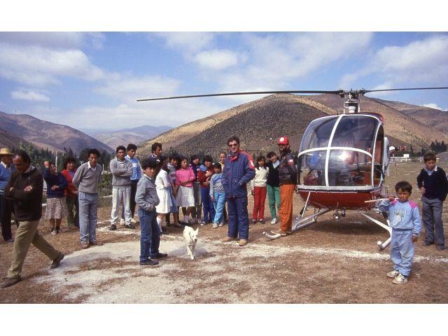 Nuestro primer Helicóptero Hughes 300C aterrizado en Canela Alta, poblado cercano a Salamanca, Cuarta Región, donde fuimos saludados por gran parte del pequeño poblado de aquel entonces.