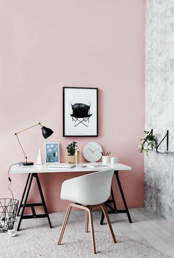 escritorio con pared rosa