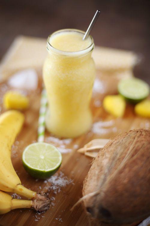 Qu'est ce que vous pensez d'un petit cocktail pour attaquer ce week-end de 3 jours ? J'ai utilisé de l'eau de coco (on en trouve au rayon des jus de fruits