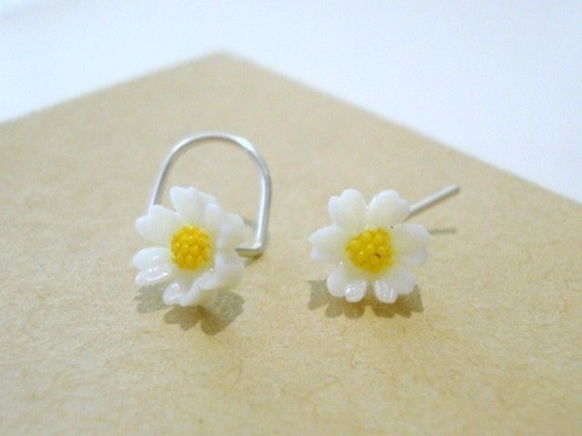very small daisy nose ring. so cute