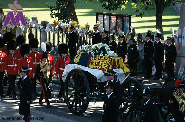 """La muerte de la princesa de Gales fue un suceso que impactó y marcó al pueblo británico. El Palacio de Buckingham tuvo que romper con sus protocolos establecidos.  """"Un funeral único para una persona única"""". Así lo definió un portavoz de la familia real 24 horas después del accidente."""