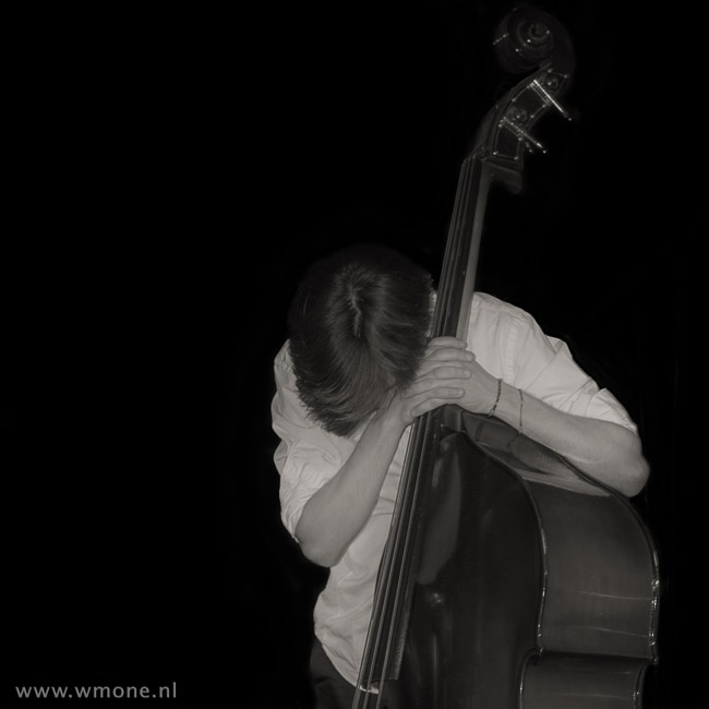 On stage with a contrabass. © Wouter Moné