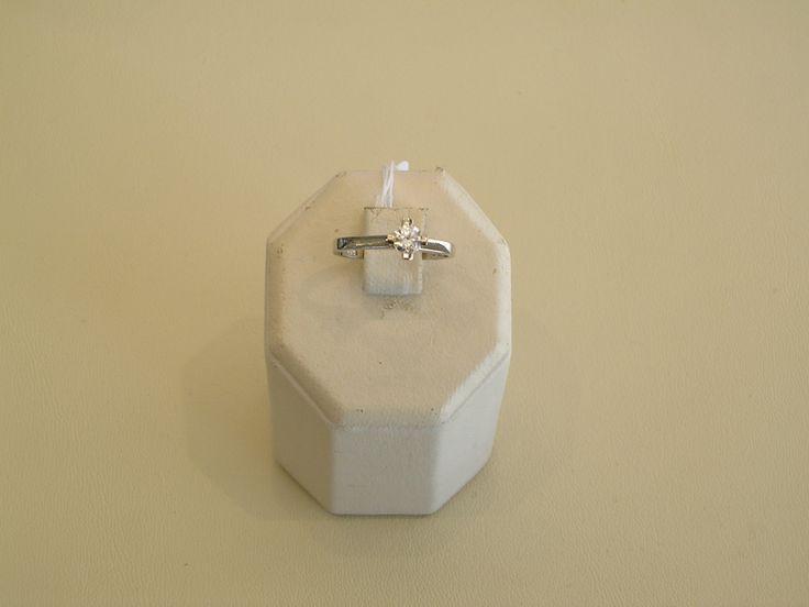 Μονόπετρο+δακτυλίδι+σε+λευκό+χρυσό+Κ14,το+κάρφωμα+της+πέτρας+έχει+γίνει+στο+χαίρι,η+χύτευση+και+η+επιπλατίνωση...