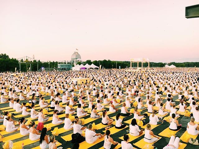 This was incredible... About over 7000 Attendees! Thank you @oikos_canada for inviting me to this event !! ☀️ #escapemoment #momentdevasion #lolewhitetourevent #montreal #yoga #yogachallenge
