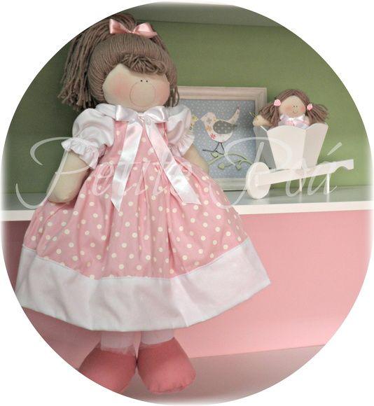 Isadora é a nossa maior boneca, 60 cm altura. Foi lançada agora em maio/2013, com o intuito de trazer ao mercado uma boneca grande, vestida com sofisticação e graça, claro, para decoração ímpar. Ela poderá ser o ''centro'' de uma DECORAÇÃO DE ANIVERSÁRIO, bem como para as DAMINHAS em casamento, para meninas maiorzinhas. E até mesmo na DECORAÇÃO do QUARTO da bebezinha, com o corpinho adaptado para ficar sentadinhas com as perninhas fora de nichos, por exemplo. O rabo de cavalo preso no alto…