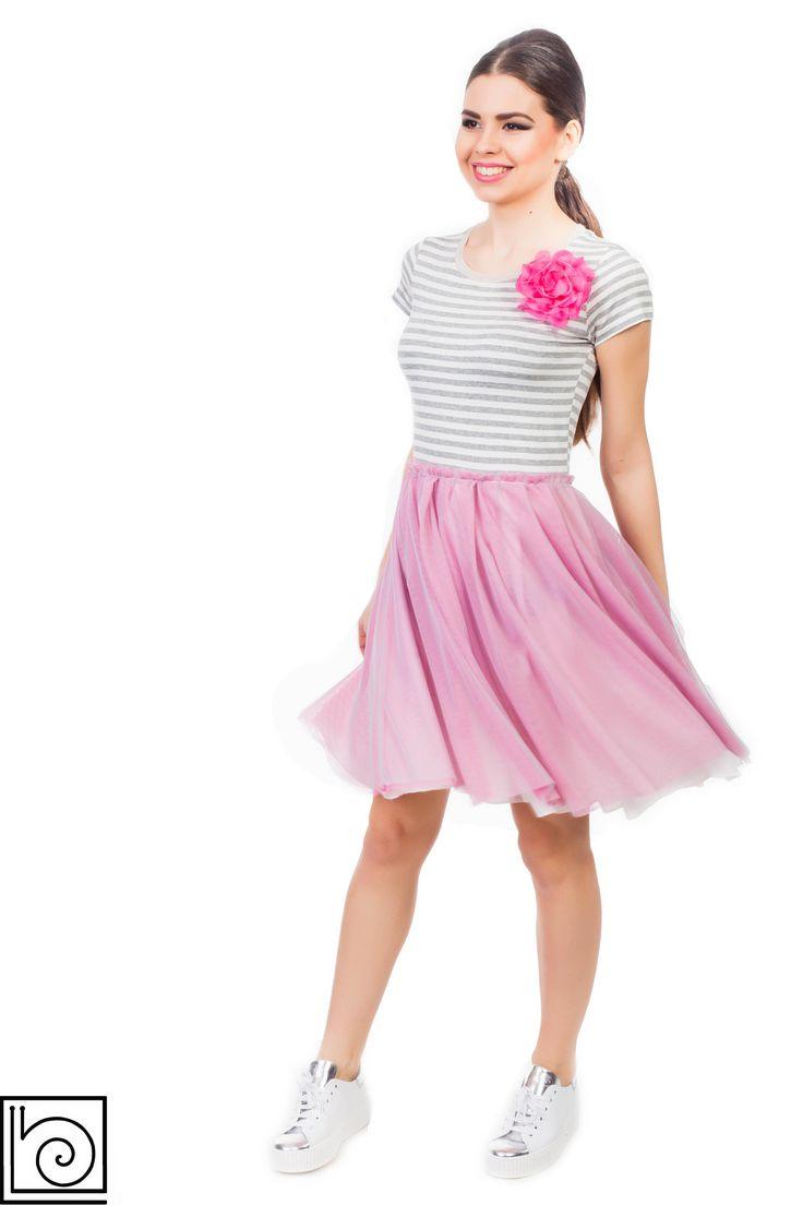 Платье с юбкой из тюли. Топ трикотажный в серо-белую полоску, короткий  рукав. Юбка из фатина, розового цвета,  внизу подкладка. Брошь в виде цветка розового цвета. Marylay. Италия.