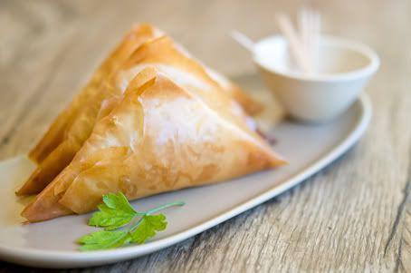 Tiropitakias: Empanadas Griegas de masa philo rellena de queso feta y espinacas