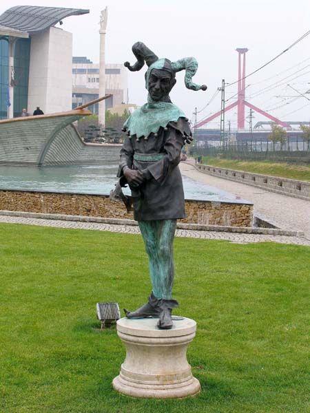 Latabár Kálmán színész szobra a Nemzeti Színház parkjában - Budapest (Latabár Kalman actor statue in the park of the National Theatre)