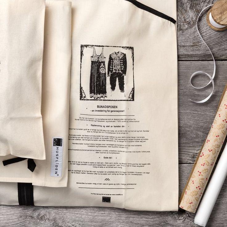 Bunadspose Komplett oppbevaringsett til bunaden. Skjortepose, bunadspose, skopose og støvrull. Bunadsposene har tips til oppbevaring og stell printet på posene. Bunadsposen har glidelås, skjorteposen og skoposen har snorer som knytes. 788,-