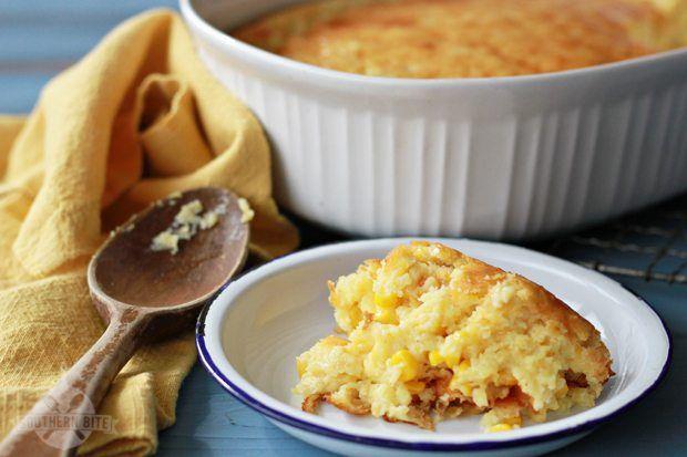 ¡Usted NECESITA este pan dulce de la cuchara del maíz en su tabla este Thanksgiving!  Es fácil y sorprendentemente delicioso!