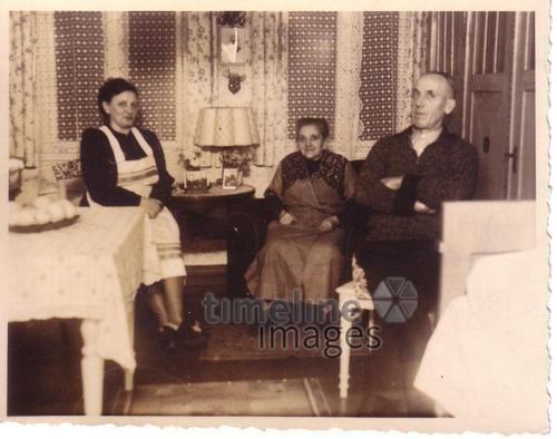 In den eigenen vier Wänden, Silvester 1952, MinnaT/Timeline Images #Feiern #Silvester #Neujahrsfeier #Neujahrstag #31.Dezember #Jahresende #Brauchtum #historisch #historical #Nostalgie #nostalgisch #vintage #50er #50ies #newyearseve #1950er #Familie