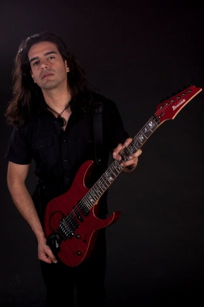 Claudio Cordero. Guitarrista http://www.emoderna.cl/component/content/article/34-ex-alumnos-destacados/204-claudio-cordero