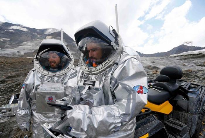 #интересное  Подготовка к полету на Марс в Альпах (8 фото)   Ученые из команды Австрийского космического форума тренируются на леднике Каунерталь в Австрийских Альпах для полета на Марс. Руководители экспедиции считают, что условия в Альпах идеально воссоздают