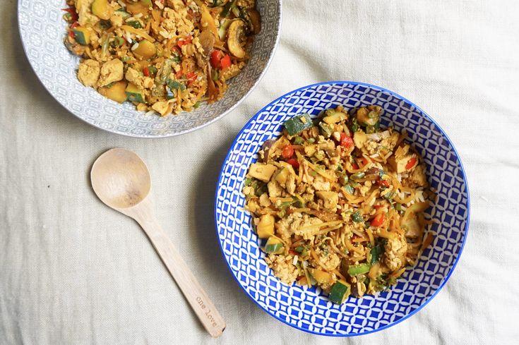 Deze veganistische nasi is gezond, simpel, onwijs smaakvol en zit bomvol groenten. De gemarineerde tofu maakt dit Aziatische gerecht helemaal af.