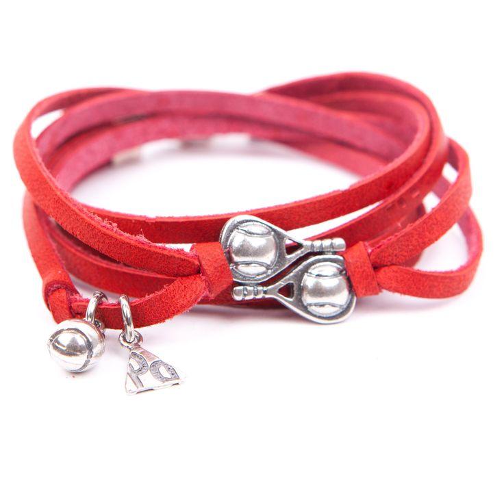 Pulsera Pádel Doble Falta. Pulsera tiretas de dos vueltas, de cuero en color rojo con doble pala, logo de PLATA DE PÁDEL y bola en plata envejecida. Realizada de manera artesanal en España.