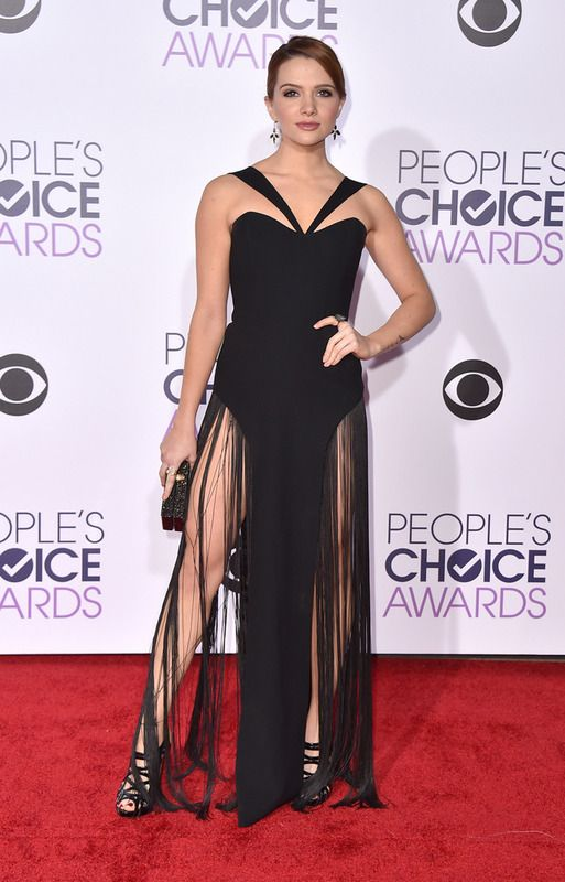 Muy llamativo el vestido negro de Katie Stevens con flecos XL en la falda.