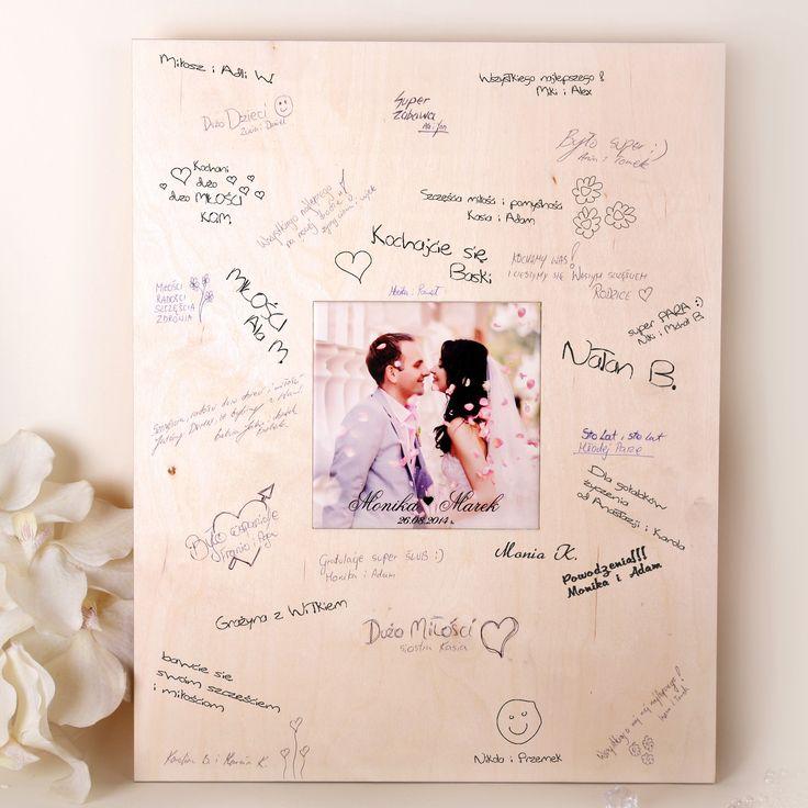 Personalizowana księga gości z formie dużego drewnianego obrazu, który można powiesić na ścianie i wspominać dzień ślubu każdego dnia.  Posiada kolorową grafikę wykonaną na porcelanie.
