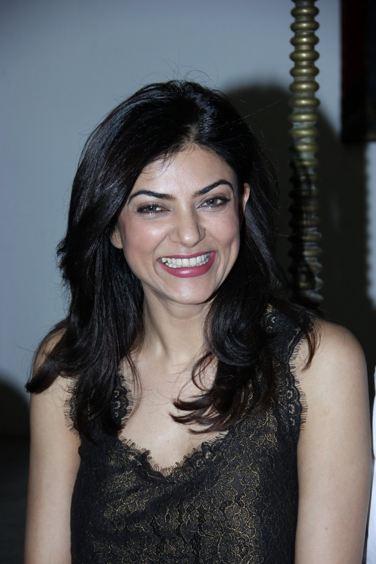Sushmita Sen Launches Sisth Sense Art Show.