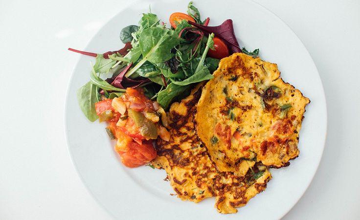 Herlige veganske omeletter med tomat, paprika, chili og vårløk. Omelett uten egg? Lett. Her bruker vi kikertmel istedenfor, som rørt ut med litt vann blir skikkelig godt i denne slags retter. Kikertmel får du kjøpt i internasjonale matbutikker og helsekostbutikker, i tillegg så kan du finne det i en del godt assorterte dagligvarebutikker – se …