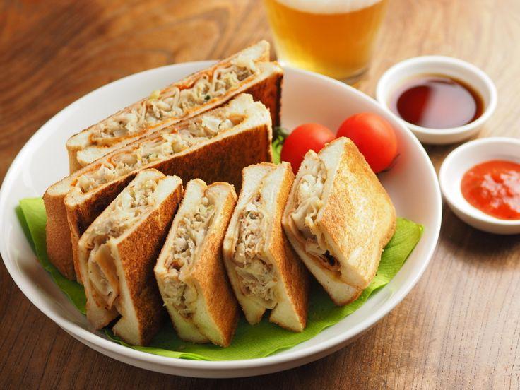 こんにちは~筋肉料理人です! 今週のレシピブログ執筆陣のテーマは餃子です。餃子をテーマにオモシロおいしい料理を紹介させて頂きます。ってことで私は市販の餃子、しかもコンビニで手に入る材料で「餃子のホットサンド」を作ります。 ホットサンドは文字通り温かいサンドイッチのことです。ホットサンドメーカーを使い、食パンにお好みの具材を挟んで作ることが多く、逆にホットサンドメーカーがなければ作れない……。そう思ってる方も多いと思います。今日はフライパンとヤカンを使って簡単に作っちゃいます。 筋肉料理人の「餃子のホットサンド ポン酢風味とピザ風味」 【材料】2人分 市販の焼き餃子 8個 6枚切り食パン 4枚 …