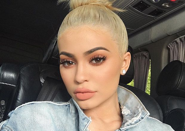 Kylie Jenner revela quatro truques para fazer o batom durar mais - Blog da Cris…