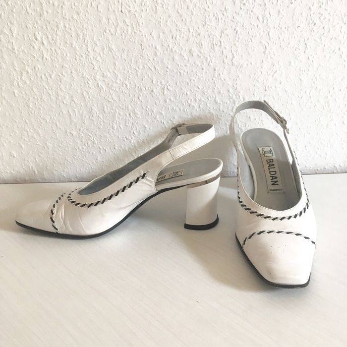 Escarpins blancs nacrés en cuir  ! Taille 35  à seulement 10.00 €. Par ici : http://www.vinted.fr/chaussures-femmes/escarpins-and-talons/25545302-escarpins-blancs-nacres-en-cuir.