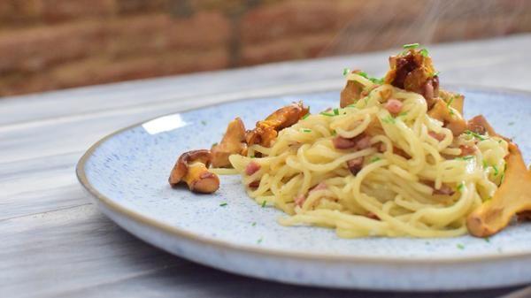 Buchweizenspaghetti mit Pfifferlingen und SpeckBuchweizen-Superpasta aus unserer Superfoodreihe: Buchweizen ist glutenfrei, leicht bekömmlich und senkt den Blutzuckerspiegel. Außerdem sagt man ihm nach, dass er förderlich für die Konzen...