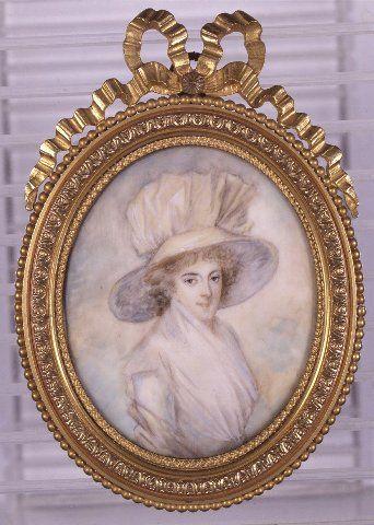 Unknown woman, Suomen kansallismuseo. (Puolivartalokuva, oikealle kääntynyt nuori nainen. Ruskeat kiharat hiukset, ruskeat silmät. Päässä leveälierinen suurikokoinen vaalea hattu, jonka vuori on sininen. Vaalea puku, kaulassa pöyheä valkoinen huivi.)