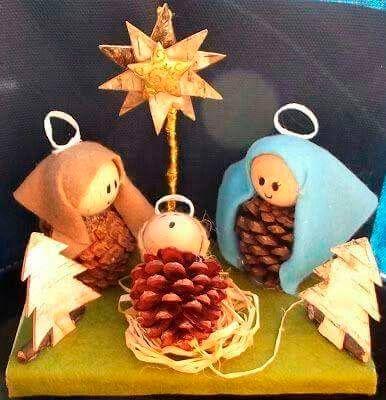 belén de navidad hecho con piñas