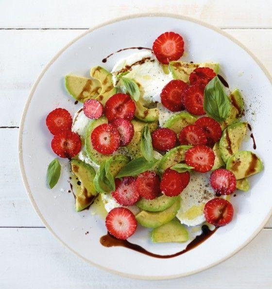 Der Salat aus Erdbeeren, Avocado und Büffelmozzarella wird mit süßem Aceto balsamico-Sirup getoppt.