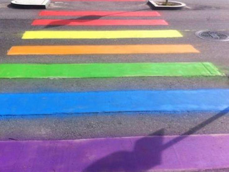 Activisten in Stockholm hebben het zebrapad bij de Russische ambassade een make-over gegeven #SignofLove