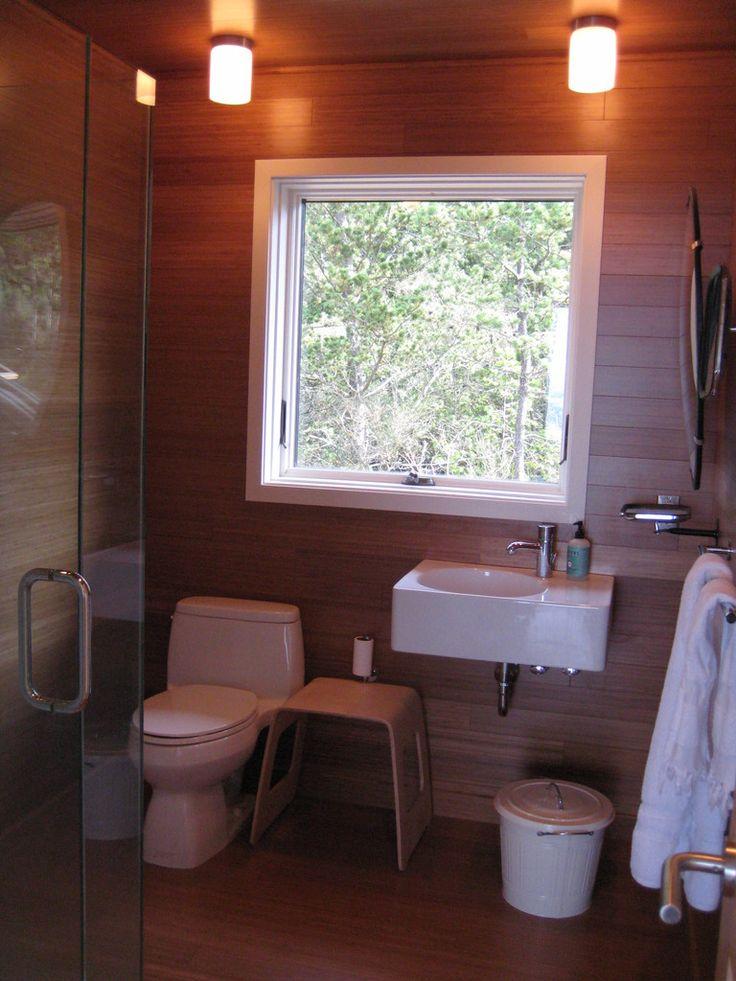 Вторая ванна с душевой кабиной. .