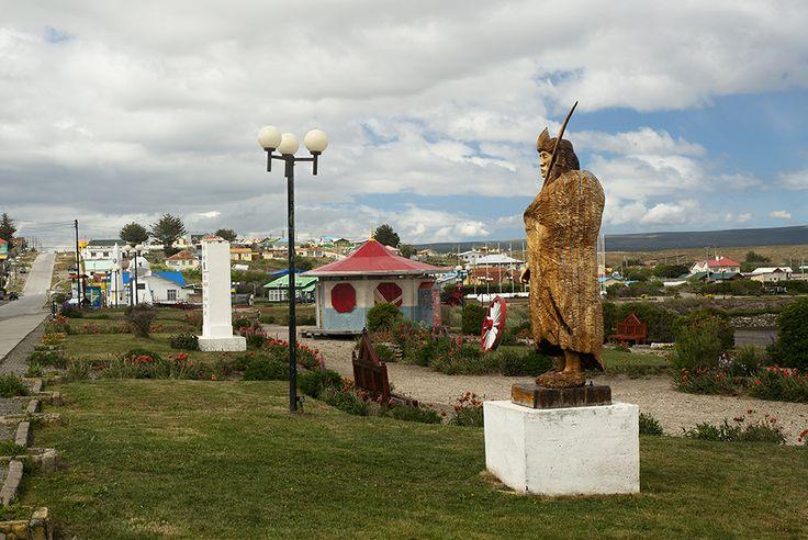todo comienza con la increíble experiencia de cruzar el Estrecho de Magallanes, lo que puedes hacer vía marítima o aérea hasta llegar a la Isla grande de Tierra del Fuego.  Y empezamos a recorrer la capital de Porvenir http://bit.ly/1rFasrL