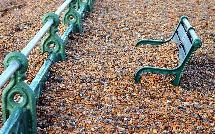 Последствия недавней приливной волны на пляже в Брайтоне