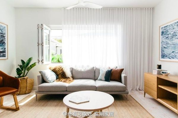 白色空间+木色家具+浅灰沙发  白色空间、木色的家具搭配浅灰色沙发不能更赞!注意细节:木色的画框与编织筐花盆。