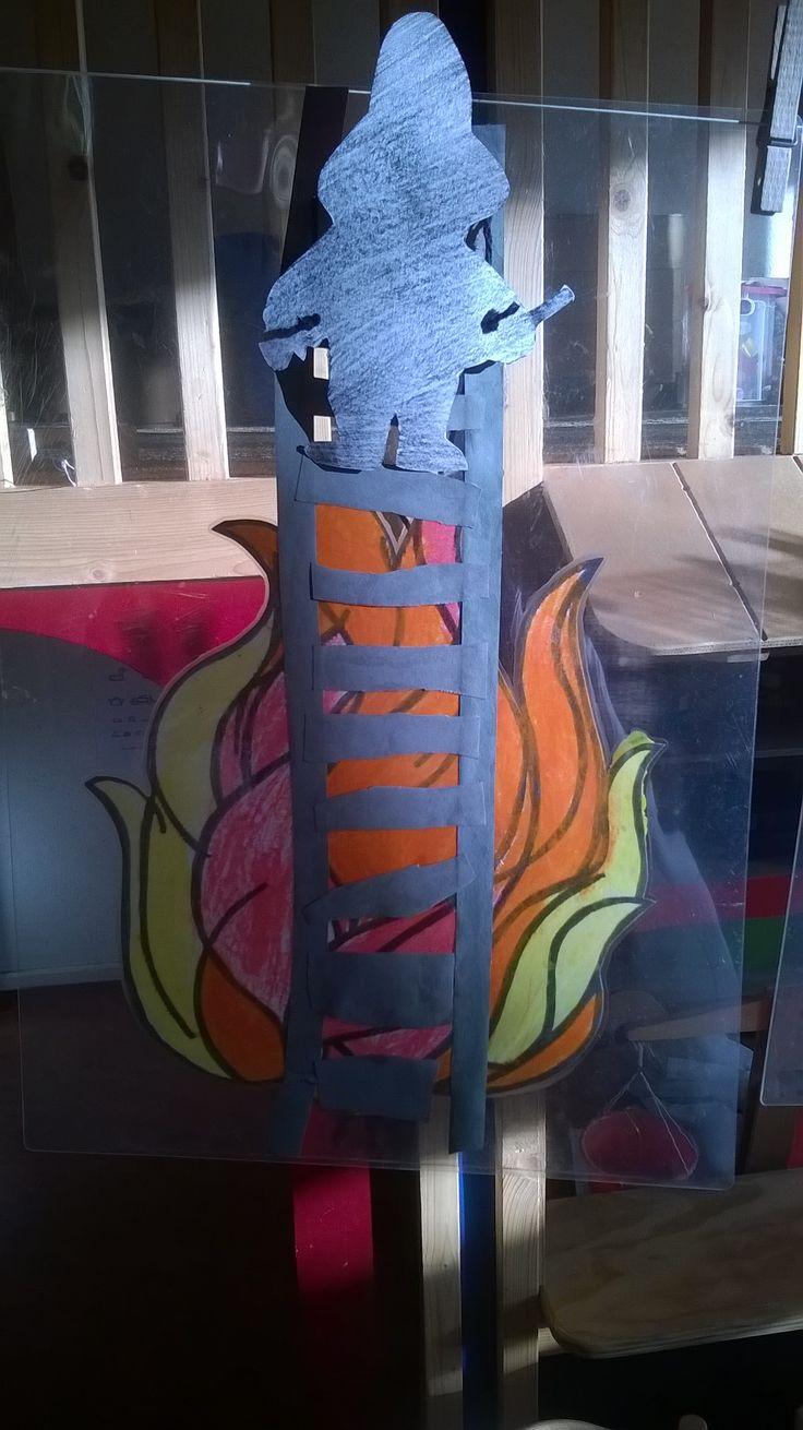 Idee van collega, met lamineren zie je de klimmende brandweerman voor en achter!
