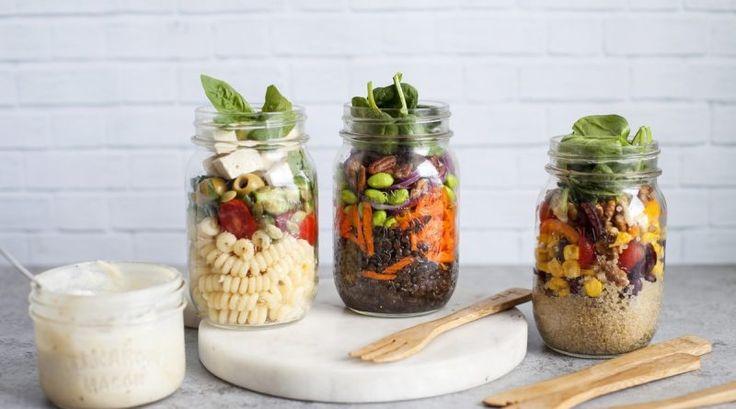 (adsbygoogle = window.adsbygoogle || []).push({});   Très pratiques pour emporter au travail ou à l'école, ces petites salades en pot feront sensation. Voici quelques exemples de garnitures, mais vous pouvez y ajouter vos ingrédients et légumes préférés sur une base de quinoa, pâtes, lentilles, millet ou riz. Laissez-vous inspirer !  La sauce tahini crémeuse à l'ail et au citron apporte une belle onctuosité aux salades.  Le tahini est fait à partir de graines de sésame broyé...