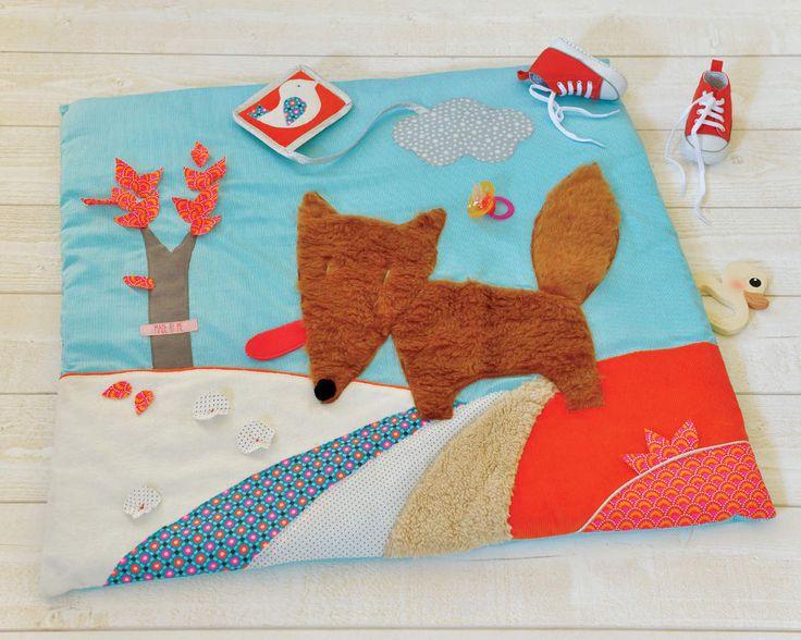Fan des tissus Petit Pan, je vous propose de faire ce tapis d'éveil amusant composé de différentes matières! A vos aiguilles....