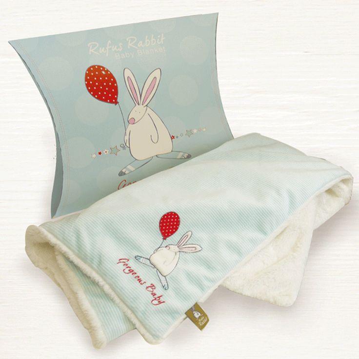 Rufus Rabbit Baby teppe Blå.    Herlig supermykt og koselig teppe - pledd. Består av to lag. Pyntet med applikert kaninmotiv og brodert tekst: Geogeous Baby. Leveres i utsøkt gaveeske formet som en pute. Størrelse teppe: 70 x 85 cm. Størrelse gaveeske: 27 x 8 x 30 cm. Materialer: Syntetisk. Vask:Maskin eller håndvask.
