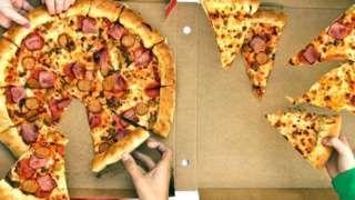 """Image copyright                  Getty Images                  Image caption                                      La relación entre la obesidad y el cerebro es muy compleja.                                Lucy Cheke y sus colegas de la Universidad de Cambridge, Reino Unido, invitaron a algunas personas a su laboratorio para una especie de """"caza del tesoro&"""