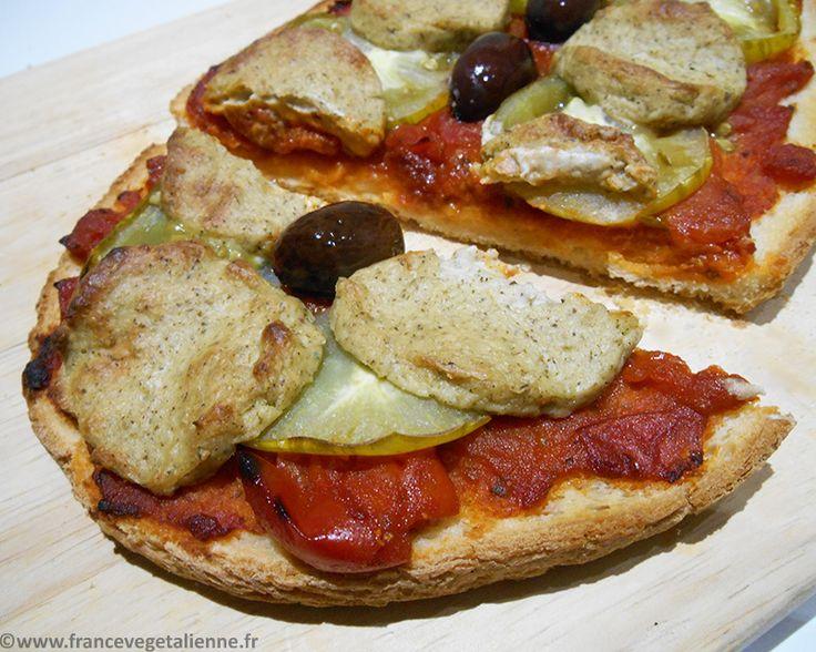 Les meilleures idées naissent souvent par hasard. C'est le cas pour ce  fromage végétal façon chèvre: un jour que je préparais une pizza avec notre  mozza végétale, je la saupoudrai d'herbes de Provence.Bingo, ma fille  trouva que cette pizza avait le goût de chèvre! Après, il ne suffisait plus  que d'adapter la texture et le goût.  Ce «chèvre» végétal a surpris pas mal d'omnis autour de nous, qui nous ont  dit qu'il n'y avait presque pas de différence avec la bûche classique. Il  se…