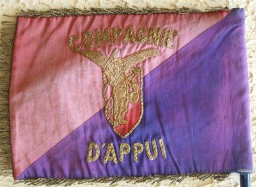 """la Compagnie d' Appui a connu  trois commandants de compagnie en un an :JAULIN, LACHARME , ABADIE . Le Fanion ici représenté s'il est bien du"""" 1° type"""" n' est pas celui remis en 1956 .il en differe par sa conception assez frustre et la reproduction de l'insigne régimentaire"""