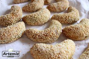 Μοσχομυριστές μικρές ελιοτές      Οι ελιοτές ή ελιόπιτες αποτελούν ένα από τα πιο συνηθισμένα κυπριακά αρτοπαρασκευάσματα. Στους γάμους, στα στολίσματα της νύφης και του γαμπρού, αλλά και στα...μνημόσυνα έχουν πάντα θέση στον μπουφέ. Υπάρχουν πολλές συνταγές, όπως ελιόπιτα στο ταψί, χωρκάτικες ελιοτές, κ.ά. Αυτή είναι μια συνταγή για μικρές τυλιχτές
