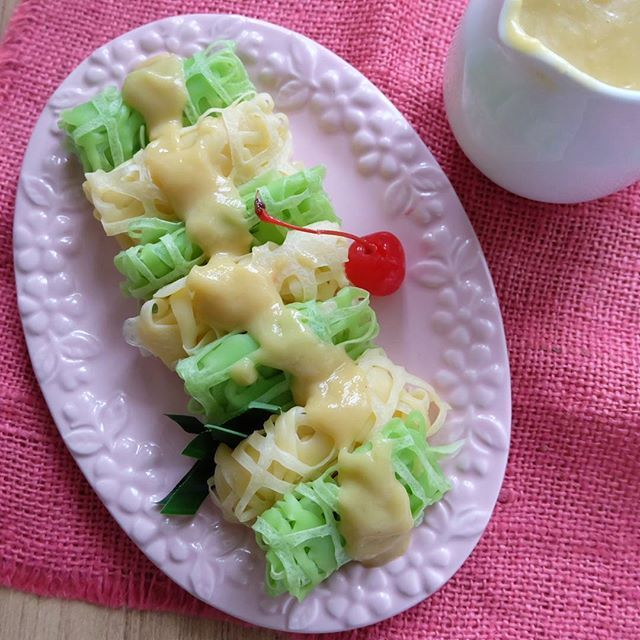 Punya daging durian sedikit tadinya mau buat pancake tapi berubah haluan karena si kk maunya roti jala.. Mari eksekusi.. Nyontek resepnya @sajiansedap yg selalu ok 👌. . . . . - Roti Jala Saus Durian -  Bahan: 150 gram tepung terigu protein sedang 1 butir telur, kocok lepas 1/2 sendok teh garam 250 ml susu cair 1 sendok makan margarin, lelehkan 1 tetes pewarna hijau  Saus Durian: 100 gram gula merah, sisir halus 50 gram gula pasir 300 ml santan, dari 1/2 butir kelapa 1/4 sendok teh…