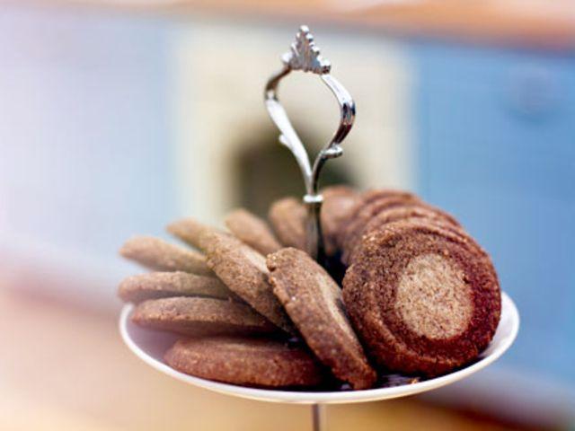 Småkakor: Dubbla havredrömmar med mörk chokladkräm, kanel- och chokladhjul samt spritsade syltkakor med björnbärssylt, av Caroline Ahlqvist (in Swedish)