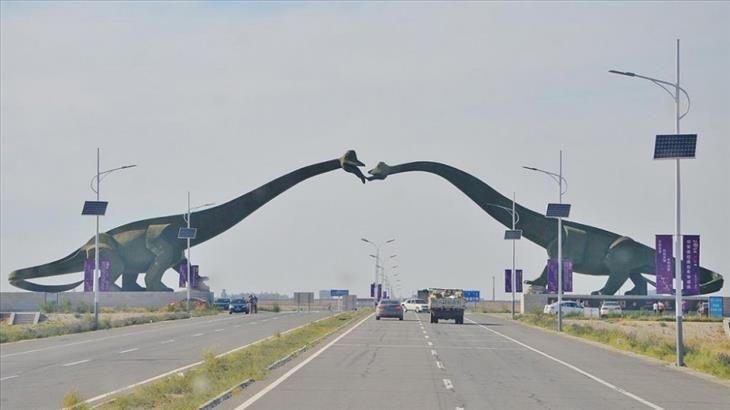Fronteiras exóticas. China-Mongólia Se você decidir viajar da China para a Mongólia ou vice-versa, vai ser recepcionado por dois dinossauros gigantes se beijando.