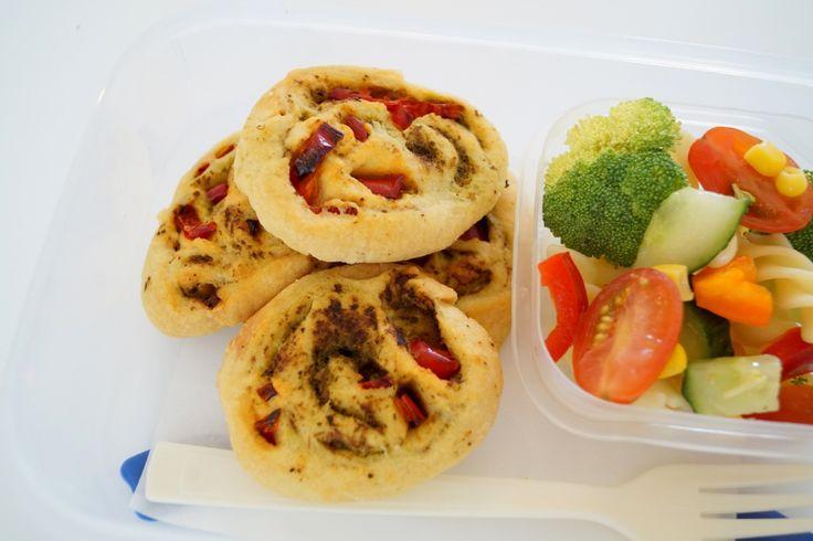 Pestosnegle. Små snegle med grøn pesto og snackpeber til madpakken.