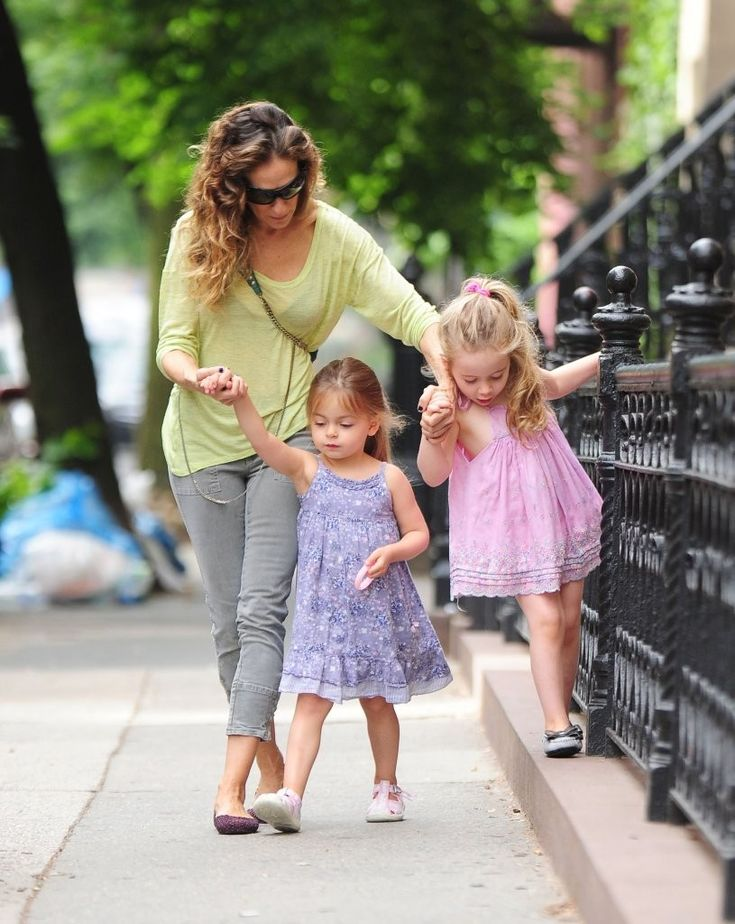 Sarah Jessica Parker - Sarah Jessica Parker Walks Her Daughters to School