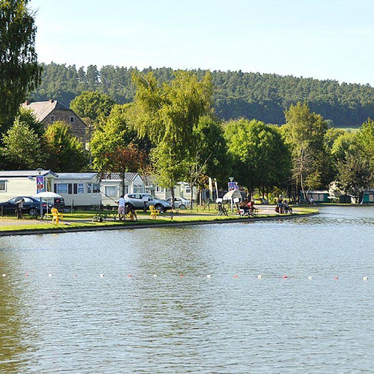 De camping bevindt zich in het meest bekoorlijke, schilderachtige gedeelte van de Belgische Ardennen, tussen La Roche en Durbuy, recht tegenover het kasteel van Blier. Deze goed onderhouden fietscamping biedt onbeperkte mogelijkheden zowel voor mensen die tot rust willen komen als voor de actieve buitensporter.