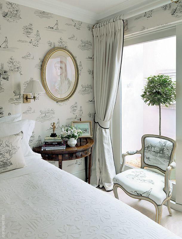 Гостевая спальня расположена в подвале, но тем не менее хорошо освещена. Обои с рисунком в стиле 1950-х называются Promenade и сделаны по рисунку хозяйки.